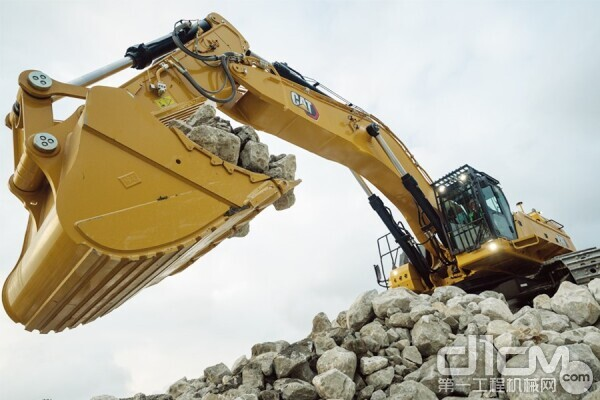 Cat 395超大型矿用挖掘机作业现场