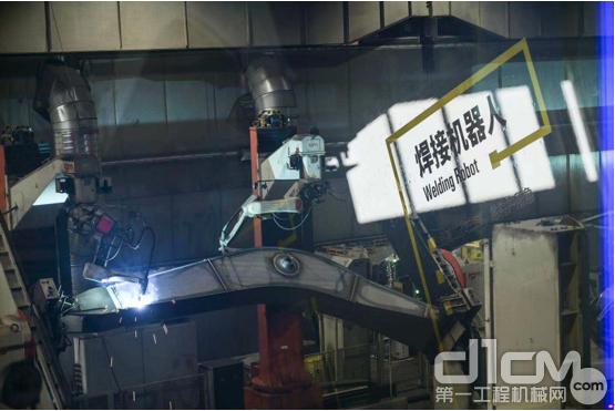 卡特彼勒徐州工厂的焊接机器人正在生产线自动焊接大臂结构件焊缝