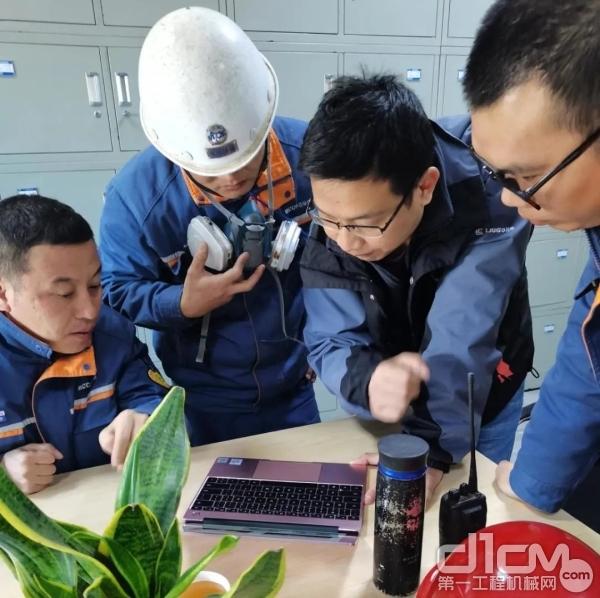 柳工研发团队的工程师们实地调研