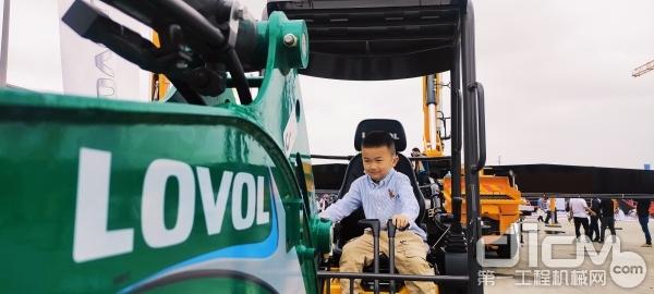 小朋友试驾雷沃挖掘机