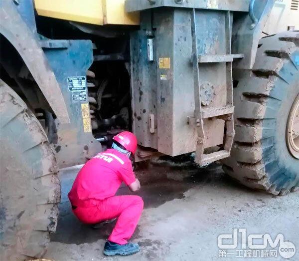 山推服务工程师在检查客户车辆