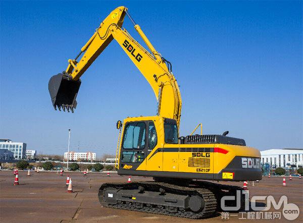 临工挖掘机在动臂两侧、配重(或发动机罩)后侧、驾驶室左侧,均有SDLG标志