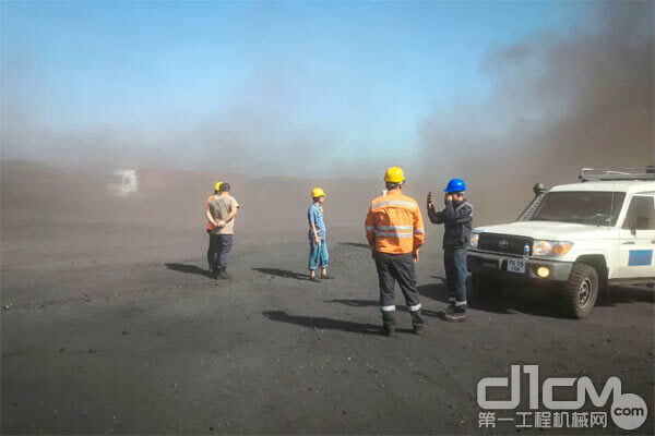 矿山作业环境本就恶劣,中亚又常见风沙、煤灰漫天,对装载机施工作业的挑战可想而知