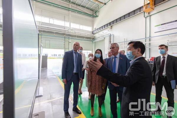 白俄罗斯国民会议代表院主席安德烈琴科一行来到中联重科白俄罗斯生产基地