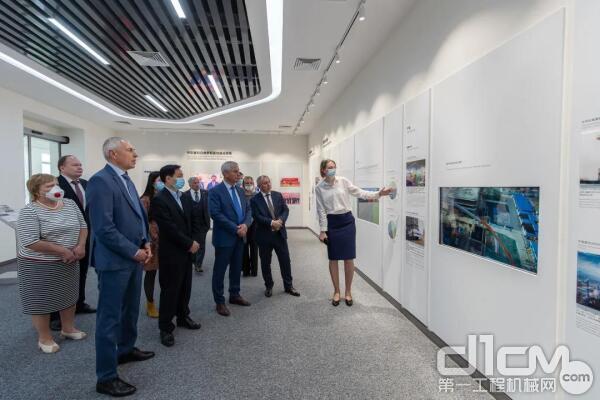 白俄罗斯国民会议代表院主席安德烈琴科一行参观生产车间,详细了解公司业务发展情况