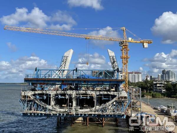 中联重科TC7013-10E塔机稳定、高效地完成了新塞兰德跨海大桥桥墩的每一次吊装