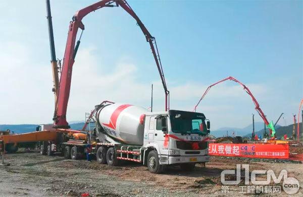 鑫辰阳三一泵车与搅拌车参与电力项目建设