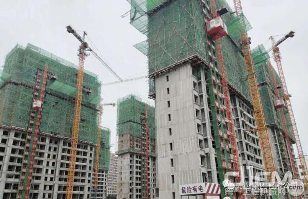 方圆新型SC200/200施工升降机群在青岛某建设工地投入使用