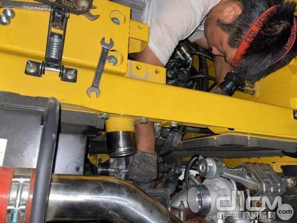 杭州服务工程师陈飞正在检修设备
