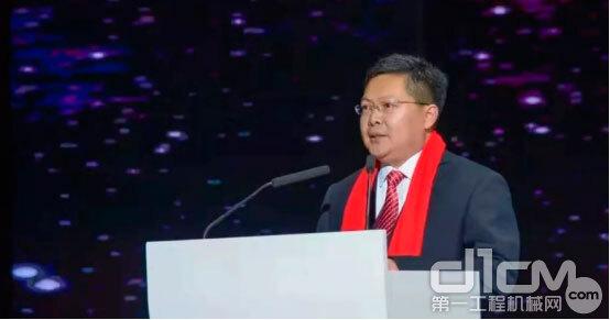 通亚汽车董事长杨奉钦出席会议并上台领奖