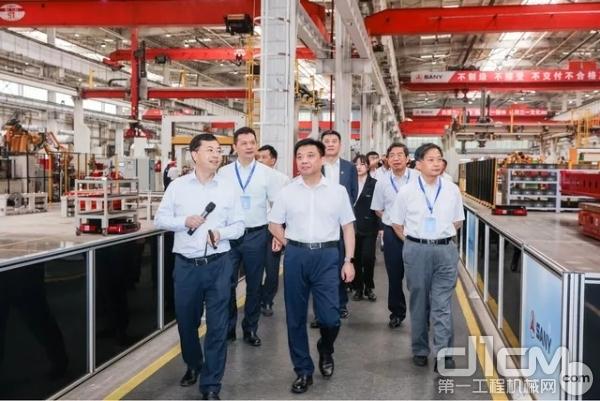 与会领导现场参观三一桩机工厂