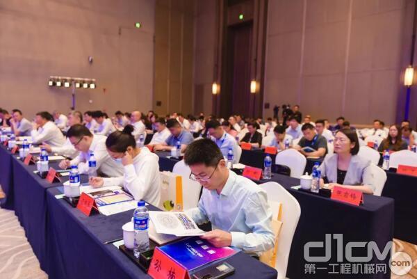 徐工致力于为全球客户提供专业的综合服务解决方案