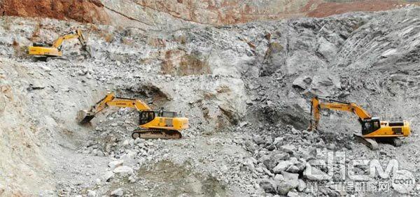安徽某矿山上正在施工的柳工挖掘机