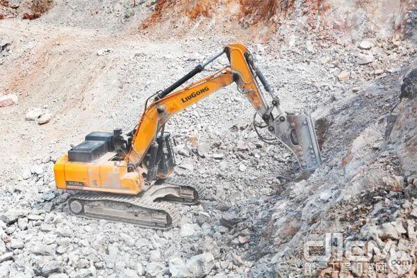 柳工952EHD挖掘机正在打破碎作业