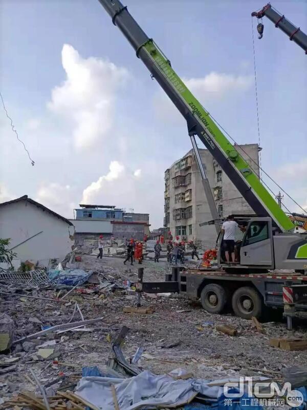 中联重科25吨汽车起重机参与现场救援