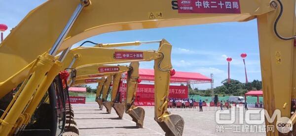 数十台住友大型挖掘机集体现身项目开工现场