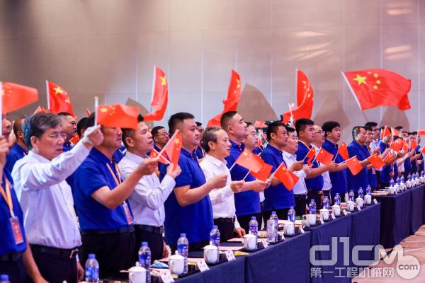 徐工起重和来自全国各地200余位吊装大咖们高唱《团结就是力量》