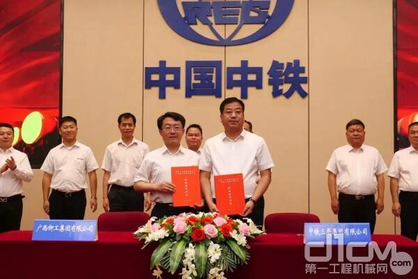 中铁三局副总经理张民栓、柳工机械股份有限公司副总裁罗国兵分别代表双方签署战略合作协议。