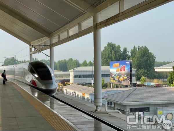 在曲阜东高铁站,山推主打的宣传也朝向道路机械