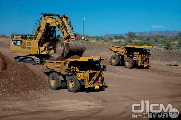 使用Cat® MineStar™(矿山之星™)Command自动运输系统的无人驾驶矿卡