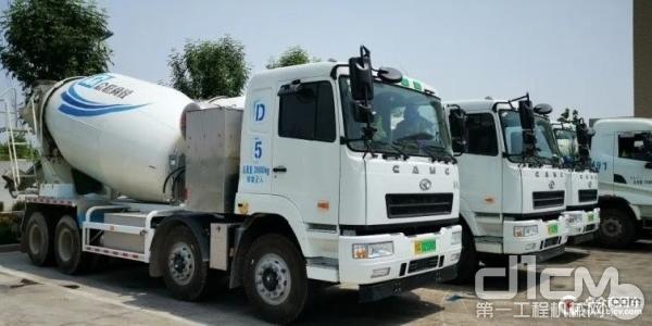 在郑州投入使用的汉马科技之星马纯电动搅拌车