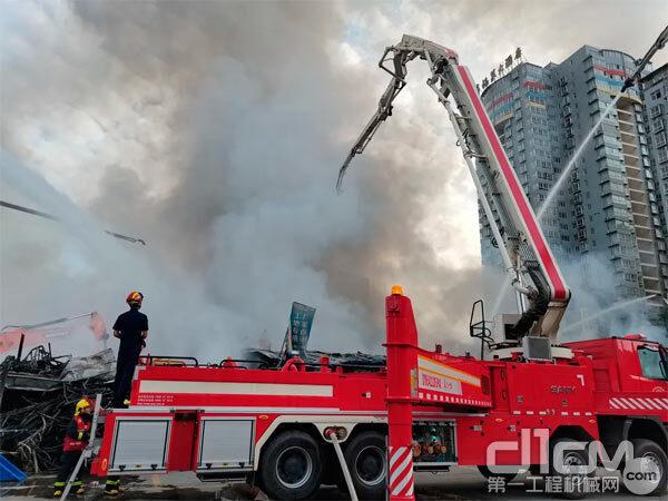 三一泵车协助消防员灭火