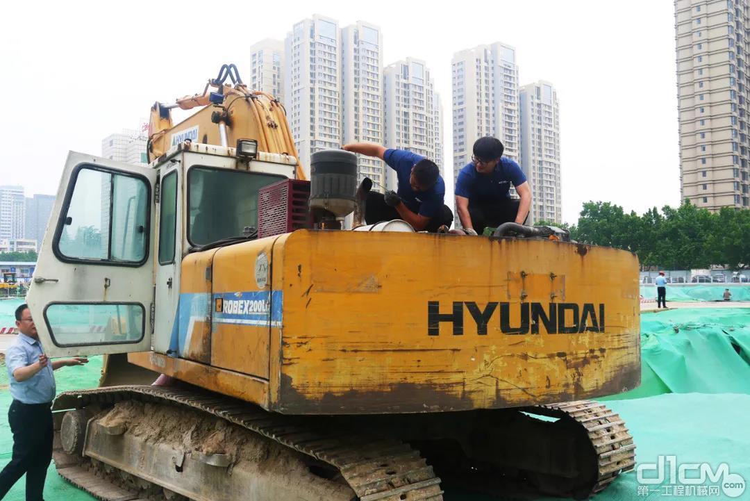 现代服务人员正在为杨善之的挖掘机进行巡检服务
