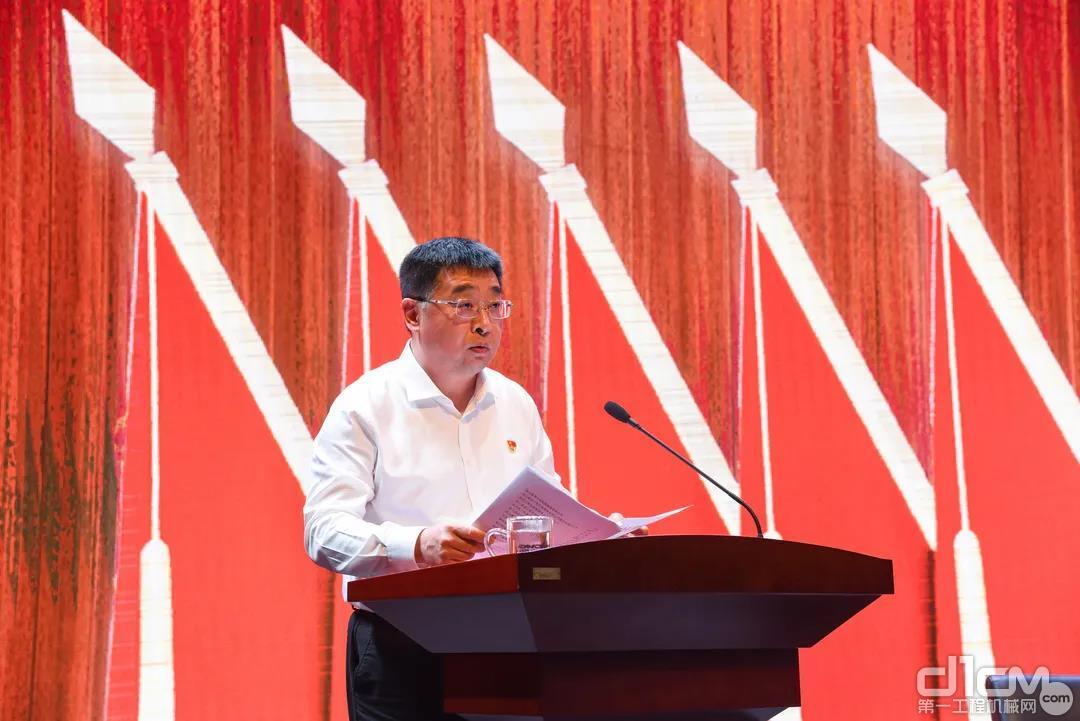 杨东升总经理宣读《关于表彰2020年度先进基层党组织、党员先锋团队、优秀共产党员、优秀党务工作者,党员建功标兵的决定》