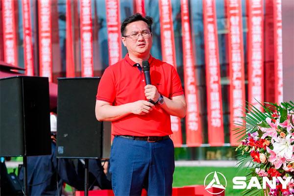 三一智造营销公司总经理何奕先生向客户推介了最新的促销政策