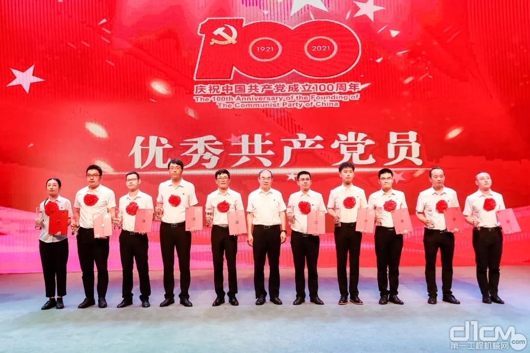 优秀共产党员代表领奖