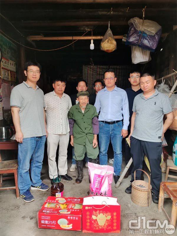赵军(右二)在慰问老人家中