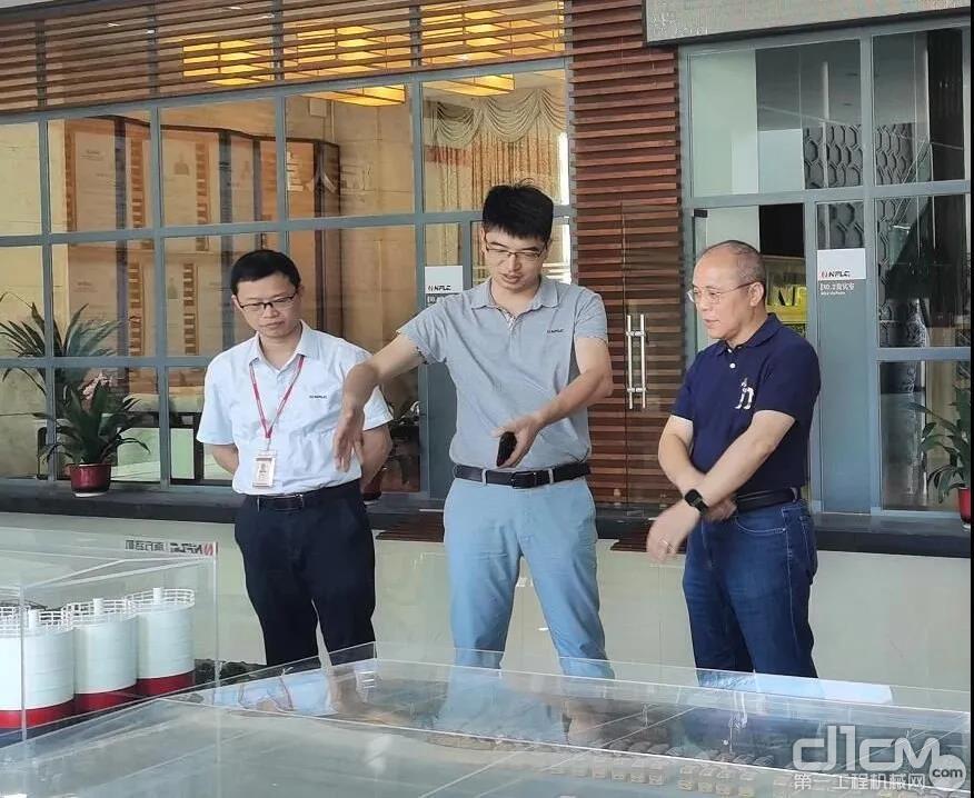 广西大学资源环境与材料学院党委副书记、常务副院长冯庆革教授到访南方路机参观考察