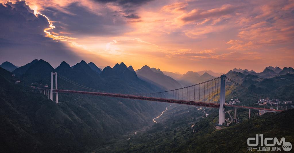 跨越崇山峻岭的大桥