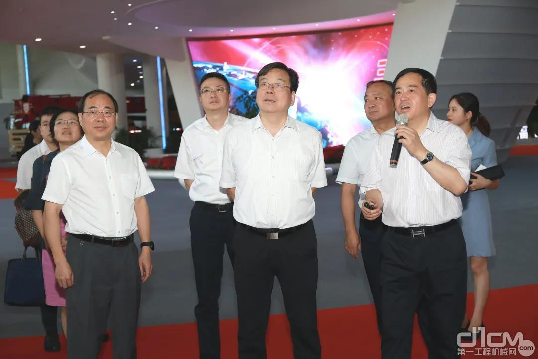 湖南省政协副主席、省工商联主席张健来到三一集团长沙产业园进行调研考察