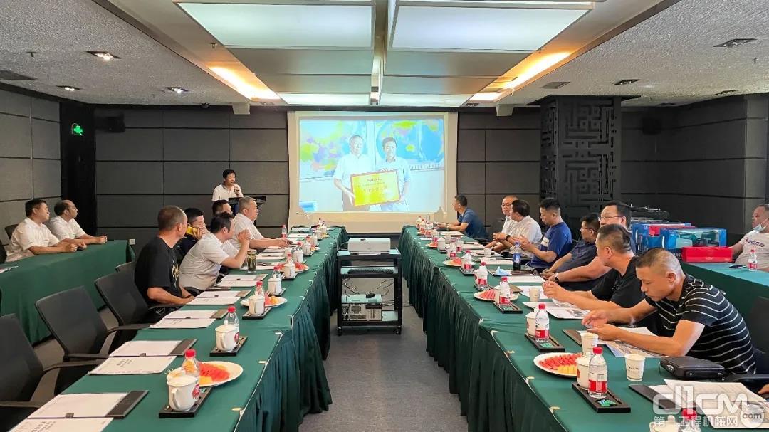 山河智能联合乌鲁木齐文创工程机械有限公司在乌鲁木齐野马国际酒店举行矿山客户研讨会