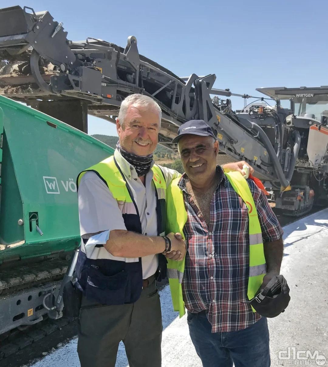 来自施工单位 Pragosa 的领班 Pedro Silva 先生以及维特根的再生专家 Mike Marshall 先生(左)一致认为,使用 W 380 CR 进行就地冷再生施工既快速又经济。