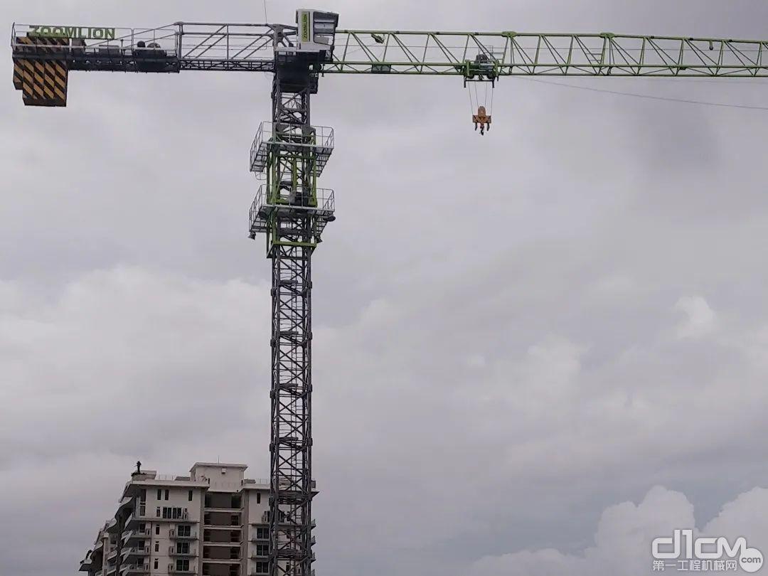 中联重科塔机在海滨南岸商用楼项目施工现场