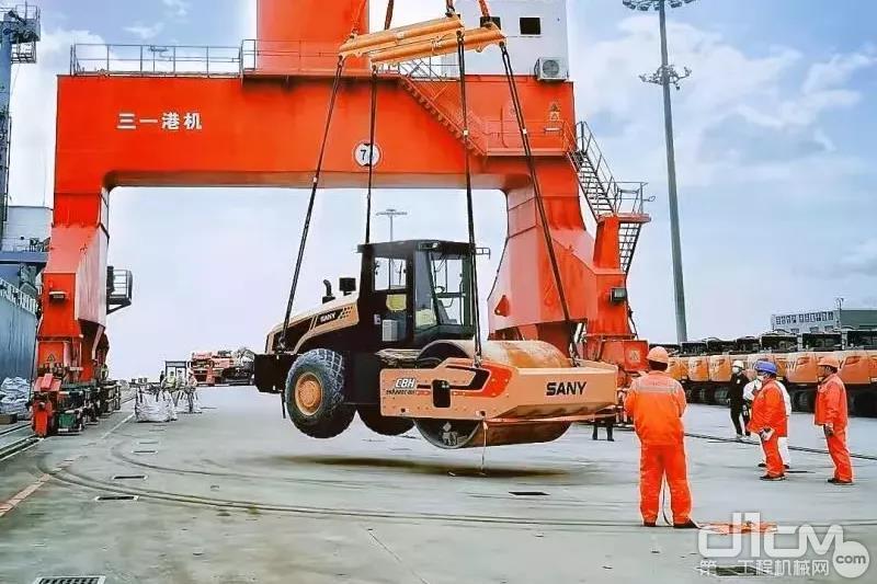正在上海南港装船的<a href=http://product.d1cm.com/brand/sany/ target=_blank>三一</a>产品(人民日报摄)