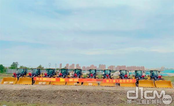 徐工5吨装载机批量交付北方沿海某物流公司
