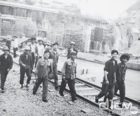 △1957年,新安江水电站的建设者们(图片来源于央视新闻)