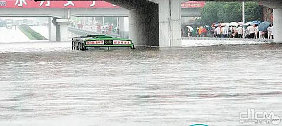 即将被水淹没的公交车