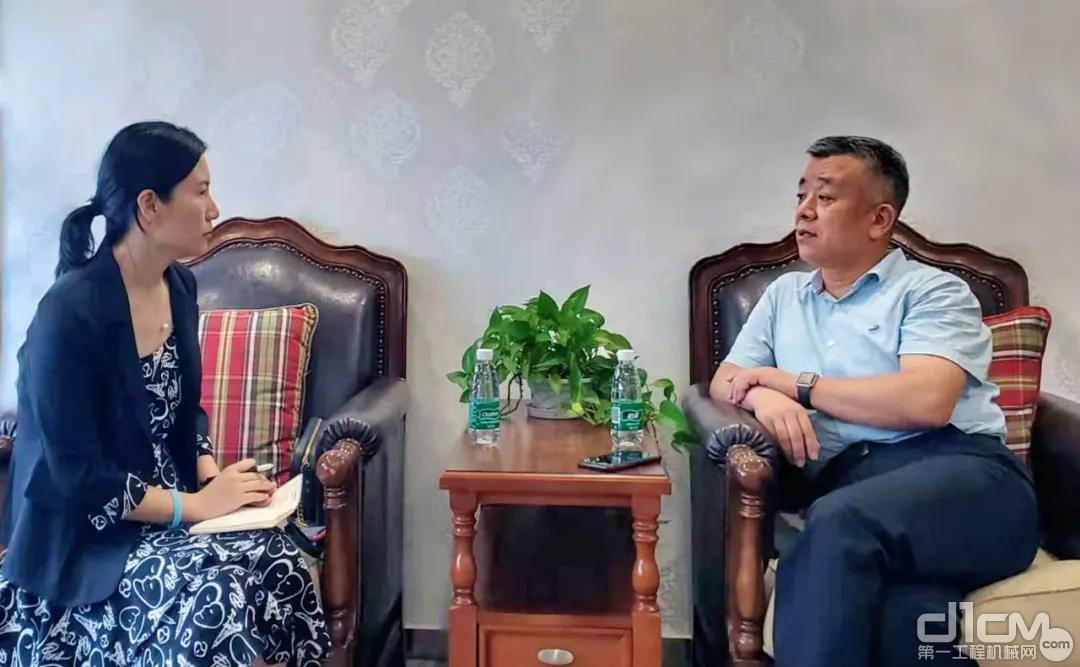 中国工程机械工业协会副秘书长吕莹接受记者采访