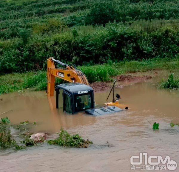 一台徐工挖掘机即将被雨水淹没