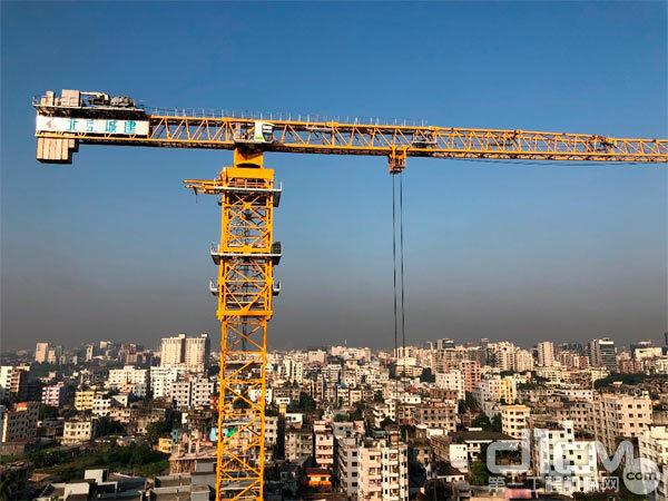 △中联重科T1200-64Q塔机在孟加拉BRAC大学新教学楼项目施工