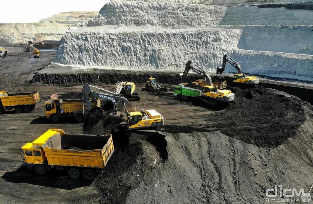 鄂尔多斯民达煤矿清一色的沃尔沃挖掘机