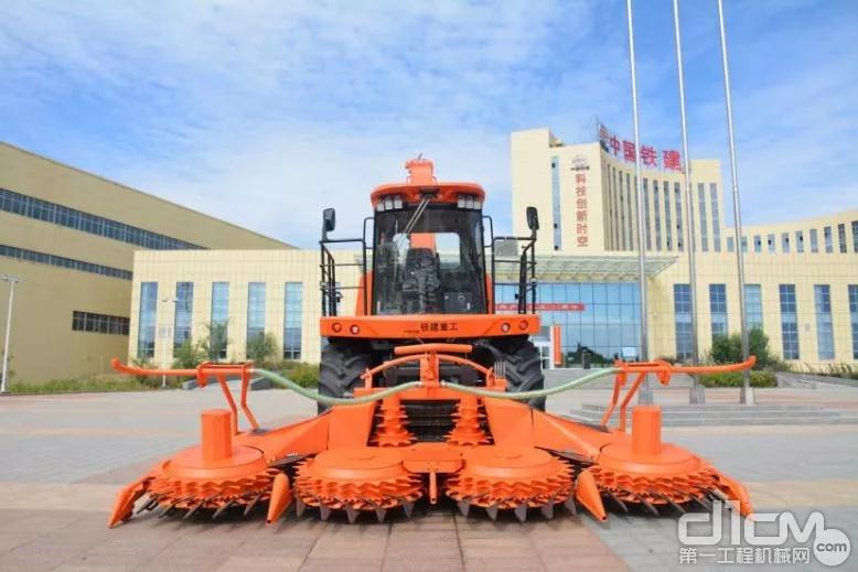 国产首台6米割幅高端青贮收获机在铁建重工新疆公司下线