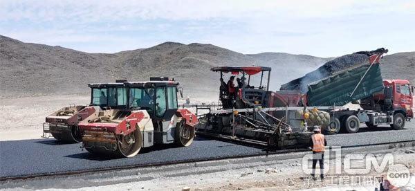 甘肃酒泉,瓜州县,河西走廊以西,茫茫戈壁之中的G215线马鬃山至桥湾公路建设工程