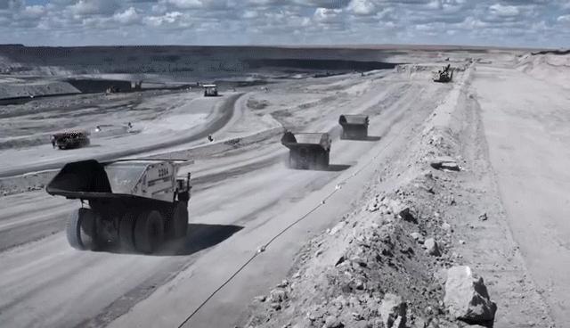 国家能源集团无人驾驶矿卡编组运行