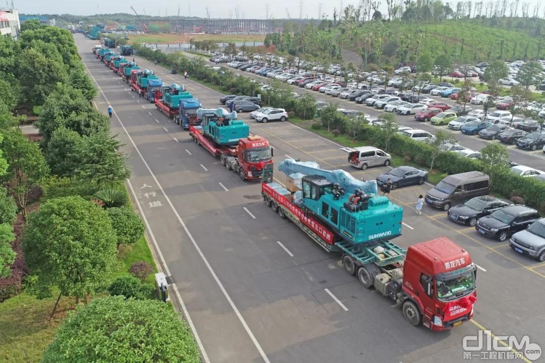发货设备运输车辆在山河大道列装待发