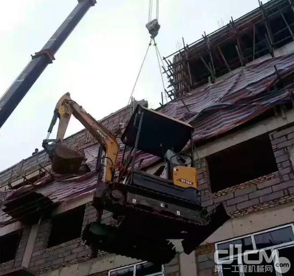 三一SY16C微挖被吊起到屋顶作业